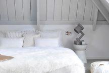 Kleurimpressie: wittinten / Witnuances maken ruimten groter en frisser lijken. Wit is een veilige kleur, waarop alles zeer goed tot zijn recht komt. Wit is spannend te maken door structuur aan te brengen en bijvoorbeeld matte, glanzende, zachte, harde, ruwe of gladde materialen te gebruiken. Wit in combinatie met crème ademt een heel verfijnde sfeer.