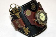 Женские наручные часы / В нашем магазине подарков Вы найдете женские дизайнерские наручные часы самых модных стилей, из самых трендовых материалов и самых лучших дизайнов. Эпатажные часы для творческих личностей, классические для уверенных в себе лидеров, креативные для любителей выделиться в коллективе.
