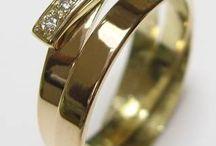 UIT EIGEN ATELIER / Die erfenis eindelijk om je vinger?! Bestaande sieraden laten vermaken, hoe werkt dat. Best een spannend proces. Begrijpt de juwelier mij wel? Hoeveel kost mij dat? Wat kan er allemaal? Hoe zal ik dit aanpakken? Heel logisch dat je dit soort vragen te boven schieten. De ring heeft immers een speciale betekenis of heb je al zo lang aan je hand.....