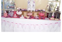 Mesa dulce rosa y morado / Mesa dulce en rosa y morado, llena de mariposas
