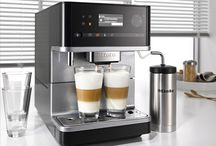 Keukens || De kracht van koffie / Een genot voor de koffieliefhebbers. We bieden zowel ingebouwde als vrijstaande koffieautomaten. Vind hier het apparaat dat het best bij jouw keuken past en doe inspiratie op voor koffievariaties.