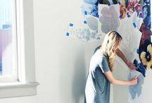 wzory na ścianę / Jeśli szukasz inspiracji, które pozwolą ci niskim kosztem ubarwić wnętrza, to odkrywamy przed tobą dekoracje w postaci szablonów na ścianę, fototapet i ozdób 3D. Zdobienia zakryją plamy na ścianach pokoju twojego dziecka, salon zyska na przytulności, a sypialniany napis na ścianie będzie motywował cię każdego dnia. Zobacz, jak tchnąć życie w twoje mieszkanie, dzięki wzorom na ścianie. Naklej gotową naklejkę lub własnoręcznie stwórz wymarzony wzór.