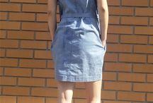 Nowa sukienka jeansowa / Luźny dekolt w łódkę wykończony plisą, oryginalna linia ramion, ozdobne zaszewki oraz dla równowagi prosty, zwężający się dół, to połączenie nonszalancji i kobiecości.  Sukienka uszyta jest ze spieralnego, elastycznego jeansu.  Efekt nierównego koloru sukienki jest zgodny z zamysłem projektanta.  Sukienka nie wymaga prasowania.  Sukienka w jednym rozmiarze. Dobrze wygląda na sylwetce 36/38.  Obwód na linii pach: 110 cm  Obwód bioder: 106 cm  Długość całkowita: 88 cm