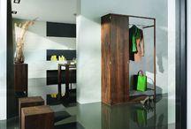Předsíně a vstupní haly / Předsíně a haly neslouží k pouhému průchodu z venkovního prostředí do Vašeho domova. Je to prostor, kde vždy vítáte hosty, kteří si již zde utváří první dojem o Vašem interiéru. Mezi klasické vybavení do vstupních prostorů patří botníky, věšáky, zrcadla či skříňky, a proto by měla být předsíň dostatečně prostorná.