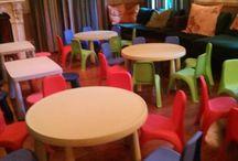 Παιδικά τραπεζάκια και καρεκλάκια για παιδικά πάρτυ / Η Τρελοπαρέα έχει τη δυνατότητα να φέρει στο χώρο που κάνετε την εκδήλωσή σας παιδικά τραπεζάκια και καρεκλάκια σε απίθανα χρώματα, με σκοπό τα παιδάκια να τα χρησιμοποιήσουν για για διάφορα προγράμματα δημιουργικής απασχόλησης, για να ζωγραφήσουν αλλά και για να παίξουν μεταξύ τους