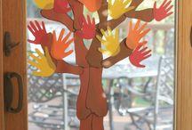 őszi fa tenyér és talplenyomatból