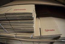 Cajas de embalaje / Cajeando.com es una tienda online con vocación de liderar el sector de cajas de cartón y embalajes con servicio de entrega inmediato. Pretendemos cubrir las necesidades inmediatas de este tipo de producto que en ocasiones tan difícil es encontrar en el mercado de una forma rápida y sencilla, sobre todo cuando se trata de pequeñas cantidades. Disponemos de un stock superior a las 500.000 cajas en más de 500 medidas diferentes.