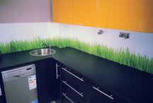 Wydruki na szkle / Tablica prezentuje wydruki na szkle. Nowoczesny zamiennik płytek ceramicznych do twojej kuchni lub łazienki.