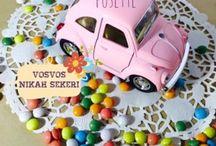 Vosvos Araba Nikah Şekeri / Vosvos Nikah Şekeri müşterilerimiz tarafından en çok ilgi gören ürünümüzdür. Pusette ile özdeşleşmiş bu ürün, kişiye özel olarak hazırlanmaktadır. Farklı nikah şekeri isteyen çiftlerin tercih ettiği vosvos araba nikah şekerimiz, çiçek ve dantel süslemesinin yanında, plakalara da istenilen yazılarak sunulmaktadır.