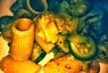 Mezze maniche con salsa di porro, pancetta e zucchine