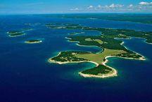 Nationalpark Brijuni / Der Nationalpark Brijuni in Istrien besteht aus 14 Inseln, von denen Veli und Mali Brijun die größten sind. Da das Gebiet unter Naturschutz steht, ist nur Veli Brijun für Touristen zugänglich.