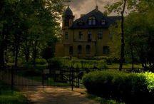"""Poganice - Pałac """"Monbijou"""" / Pałac """"Monbijou"""" w Poganicach.  XIX wieczny pałac swą nazwę zawdzięcza romantycznej miłości miejscowego ziemianina Ericha von Eggeberta do pięknej Zofii, mieszkanki Hamburga. Obiecał on ukochanej, że wybuduje dla nie na dalekim Pomorzu pałac, który będzie jej przypominał rodzinny dom. Obecnie mieści się w nim hotel."""