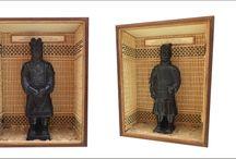 Warriors and Horses - Museum of the TERRA-COTTA 3 / Quadros com 20 L x 15,5 H  x 6,5 P  Em MDF empastado com lãmina de Embuia e prersilhas frontais para fixação do vidro. Conjunto de 4 unidades