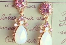 < Bijoux & Jewels >