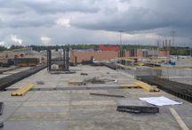 Centrum Handlowe Auchan w Łomiankach / W Łomiankach k. Warszawy powstaje Galeria Handlowa przy Centrum Handlowym Auchan. Będzie to dwukondygnacyjny budynek o powierzchni użytkowej 30 tys. m2, składający się z dwóch części: B i C. Realizacja obiektu rozpoczęła się wiosną tego roku a jego zakończenie planowane jest na koniec stycznia 2013 roku. Nasza firma dostarcza deskowania na budowę części C Galerii.