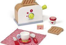 Houten keuken / Dit prachtige keukentje (6538) uit de Janod serie Picnik heeft een vaste eethoek. Er zit ook een krukje bij. Houten keuken met allerlei toebehoren: 3 houten lepels, een oven, een gootsteen, een klok, steelpan, een handschoen, peper- en zoutvaatje, bestek. In totaal 16 accessoires. Geschikt voor kinderen van 3-8 jaar. Afmeting keuken: 72 x 31 x 82 cm. Afmeting krukje: zithoogte 29 cm. Verkrijgbaar met vele accessoires. Kijk op onze website voor meer keukentjes en toebehoren.