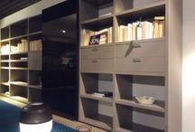 Poliform Wall System / Een oase van rust en ruimt; optimaal wooncomfort. Van woonkamer tot en met slaapkamer, inloopkast of garderobe. Door dit merk kunt u zich dagelijks omringt voelen door de luxe van het oogstrelend Italiaans design.