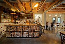Cafeteria / Cafetería con distintos ambientes , sobrios , minimalistas y rústicos  como otra nota mas de distinción en el establecimiento.Con distintos ambientes dentro de la misma cafetería
