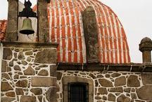 Capelas. / Capelas no Brasil e em Portugal. E eventualmente noutros lugares, onde a fé dos portugueses edificou-as