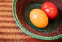 Happy Easter / Straußeneierschalen, Körbe, Osterstraußanhänger