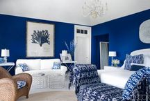 Blue Home Decor Ideas / Blue is always trendy to decorate a bedroom, a living room, a dining room, a bathroom, a kitchen and, of course, kids bedrooms. Blue is perfect for any room of the house and matches with several other tones. And there is an infinity of different blue shades to be used in your home decor. Full color or in a piece of furniture or accessory. The sky is the limit and the sky is blue!!