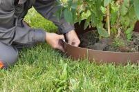 Neviditelné obrubníky Dastech / Neviditelné obrubníky jsou určené pro každého, kdo chce mít dokonale zorganizovanou zahradu. Jedná se o pásy vyrobené z kvalitního mrazuvzdorného plastu, které lze použít okolo cestiček, do kterých pak nebude prorůstat tráva. Travní lemy plastové je vhodné použít také okolo stromků či keříků, aby nedošlo k jejich poškození například při sekání sekačkou. Jsou praktické i na oddělení záhonů anebo na olemování skalky, aby do ní neprorůstal plevel. Vyznačují se snadnou montáží.
