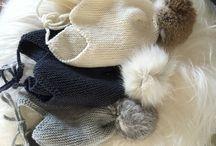 BABYHUER hjemmestrikkede med kaninpompon. / Huerne strikkes på bestilling ☺️ små vanter på vej.  dortebpoulsen@gmail.com