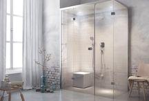 Wellness badkamers / Ervaar wellness thuis met stomen, bubbelen, geuren, lichttherapie en masserende douchestralen.