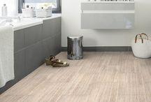 """Vinylboden / Ein Vinylbodenbelag besitzt eine sehr hohe Strapazierfähigkeit, und kann teilweise sogar in Feuchträumen eingesetzt werden. Zusätzlich hat er eine schalldämmende Wirkung und zählt damit zu den """"leisen"""" Bodenbelägen. Für weitere Produkte und Informationen können Sie auf unserer Website https://www.room-up.de/vinylboden/ vorbeischauen!"""
