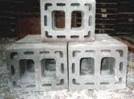 Betonformblöcke nach DIN EN 1858 / Betonformblöcke sind 1-schalige Zellenformstücke aus Leichtbeton (vormals Hausschornsteine nach DIN 18150) und entsprechen der Wärmedurchlaßwiderstandsgruppe 3.