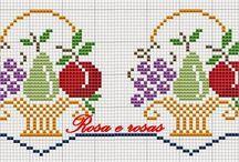 koszyczki z kwiatkami i owocami