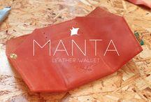 MANTA Leather Wallet / Tijdens het reizen raakten wij geïnspireerd om (reis)producten met de hand te maken. Onder het label ROEM geven wij onze handgemaakte producten uit.  De producten zijn allen geïnspireerd op de reizen die wij maakten. Ze zijn voorzien van het ROEM logo, een afdruk van de 'lederschildpad' en bevatten een label van een door ons meegebrachte stof.   De producten zijn handgemaakt en daarom uniek.  Eeuwige ROEM.  Anne & Jeroen