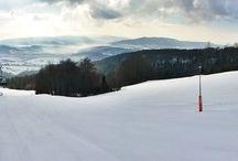 Narty w marcu / W Wierchomli zima nie odpuszcza. Każdy kto chciałaby jeszcze pojeździć, niech szykuje sprzęt i rusza na stok. Minusowa temperatura i zimowa aura oraz nadchodzący weekend zapowiadają doskonałą okazję do skorzystania z ostatnich chwil sezonu narciarskiego.