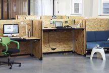 HACK by Vitra. Konstantin Grcic, 2015. / DAS TISCHSYSTEM HACK. Mit Hack hat der Designer Konstantin Grcic ein Tischsystem entworfen, das die Anforderungen von Unternehmen und Mitarbeitern auf eine Weise antizipiert, die plakativ als Hack der Büroarbeitswelt verstanden werden kann. Viele Unternehmen müssen jungen Hochschulabsolventen einerseits eine attraktive, funktionale und kreative Arbeitsumgebung bieten und gleichzeitig auf die dynamischen Veränderungen ihrer Bürostrukturen reagieren können. Mit Hack stellt Grcic den ...