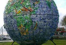 Plastic wereldbol recycling / De wereldbol, een kunstwerk van Peter Smith met een diameter van 5 meter, is gemaakt van 6000 flesjes die in Amsterdam als zwerfvuil lagen. De plastic wereld zal door de Waal van Nijmegen via Dordrecht naar Rotterdam varen, met als boodschap dat de zeer schadelijke Plastic Soep in de zeeën en oceanen met gemak te voorkomen is. De wereldbol word steeds verplaats op verschillende plekken in nederland.