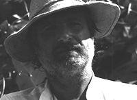Roberto Panichi / Dopo un breve soggiorno parmense, si stabilisce in Versilia e poi a Firenze, dove nel 1960 si laurea in Lettere Antiche all'Università di Firenze. Si afferma come storico e teorico dell'arte e insegna all'Accademia di Belle Arti di Firenze e di Macerata. Negli anni '70 stila il Manifesto dell'Espressionismo Simbolico Formale
