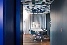Plafond en valeur / Pour beaucoup d'entre nous, un plafond doit toujours être blanc. Pas forcément. Un plafond peut s'accorder à votre séjour, en le révélant avec une couleur qui fera écho à votre lieu. Retrouvez nous sur https://petale-de-carreaux.fr/plafond-haut-couleur
