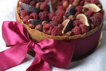 cheescake new york with raspberries nuts and figs