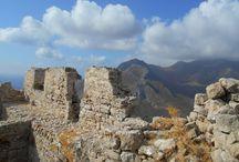 Zamek na śniadanie. Megalo Chorio. / Wysoko ponad dachami Megalo Chorio  na szczycie góry wznosi się zamek. Góra jest tak stroma,że z miasteczka ledwo go widać. Nie wiadomo,czy warto się męczyć,wspinać przed 45 min w upale,tylko po to,żeby zobaczyć kupę kamieni. Szczerze mówiąc – nie chciało mi się.Więcej : http://szukajacslonca.com/2015/03/22/zamek-na-sniadanie-megalo-chorio/