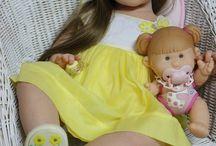 Peutermeisje in gele jurk - Victoria