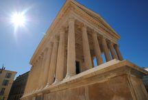 Maison Carrée Nîmes France / Edifiée au tout début de notre ère en l'honneur de Caïus César et de Lucius César, petit fils et fils adoptifs de l'Empereur Auguste, la Maison Carrée faisait partie du Forum, coeur économique et administratif de la cité antique.