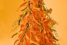 Citrus Christmas Tree / Нарезать картофельным ножом тонкую кожу цитрусов и приклеить к конусу пистолетом. По вкусу добавить украшения.