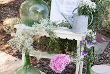 arreglo con botellas y flores para entrada