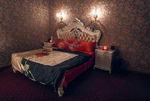 """Номера категории """"Люкс"""" / Роскошные исторические интерьеры, широкая двухместная кровать, приглушенное сияние ламп и джакузи, - время, проведенное в наших номерах luxe вы запомните надолго! Подогрев полов не позволит замерзнуть зимой, а кондиционер спасет от жары летом. Во всех номерах отеля есть Wi-Fi и широкоформатный телевизор."""