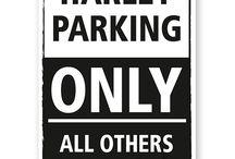 Spezielle Parkplatzschilder / Parkplatzbeschilderung in Sonderausführung. Originelle Schilder für jeden Anlass für Privatparkplätze wie z.B. für Frauenparkplätze, Bikerschilder, Parkplatzschilder für Ihre Motorradmarke.