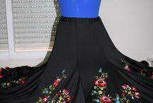 Bailes / Maillots básicos y fashion, faldas de ensayo y de flamenco y batas de cola. Vestidos para bailes de salón.