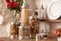 In Cucina / Selezione di oggetti per la cucina che includono Barattoli, Burriere, Formaggiere, Piatti decorativi... Utili, ma soprattutto adeguati ad impreziosire l'ambiente.