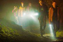 'Dark', la primera serie alemana de Netflix / 'Dark' es una serie de Netflix sobre una saga familiar con un giro sobrenatural que se sitúa en un pueblo alemán, donde las desapariciones de dos niños dejan al descubierto las dobles vidas y las relaciones resquebrajadas entre cuatro familias.   Esta historia, narrada en 10 episodios de una hora de duración, presenta un tinte sobrenatural, ya que lleva al espectador a la misma ciudad, pero en 1986.