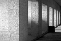 Dom Hans van der Laan / Work and Projects Dom Hans van der Laan (Leiden, 29 december 1904 - Mamelis, 19 augustus 1991) was een Nederlandse benedictijner monnik en architect. Hij was een van de leidende figuren van de Bossche School. Zijn ideeën over besloten ruimte en maatverhoudingen, met name zijn vondst van het plastische getal en het matenstelsel dat hij daaruit ontwikkelde, hadden grote invloed.