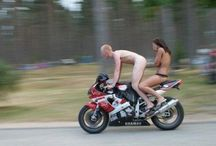 Голая девушка с парнем на мотцикле